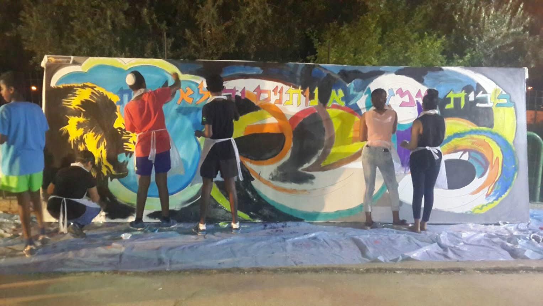תלמידים מבצעים ציורי גרפיטי