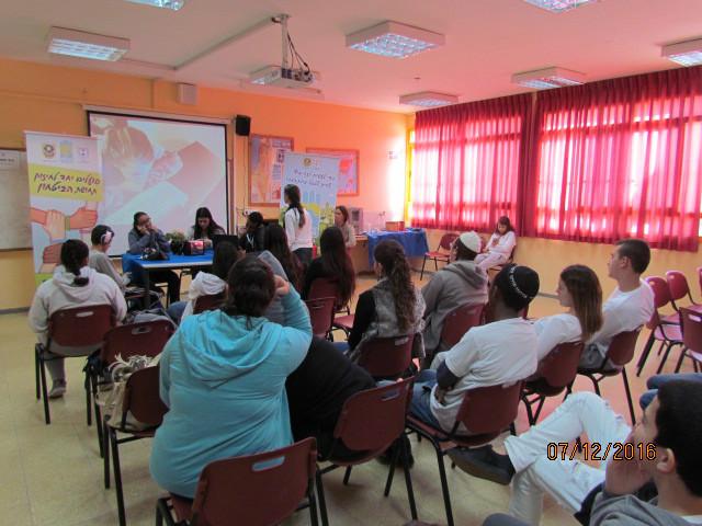 תלמידים בפעילות בכיתות