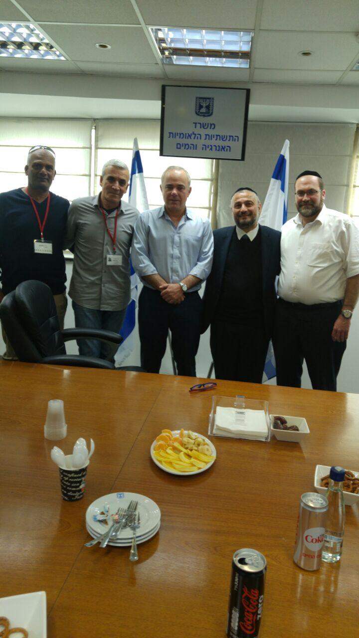 ראש העיר משה אבוטבול וחברי מועצת העיר בצילום משותף עם השר שטייניץ